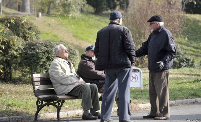 4 elderly men talking